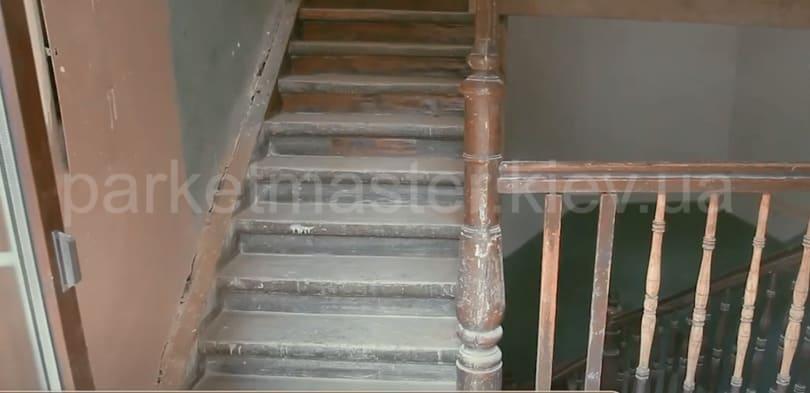 вид деревянной лестницы до ремонта