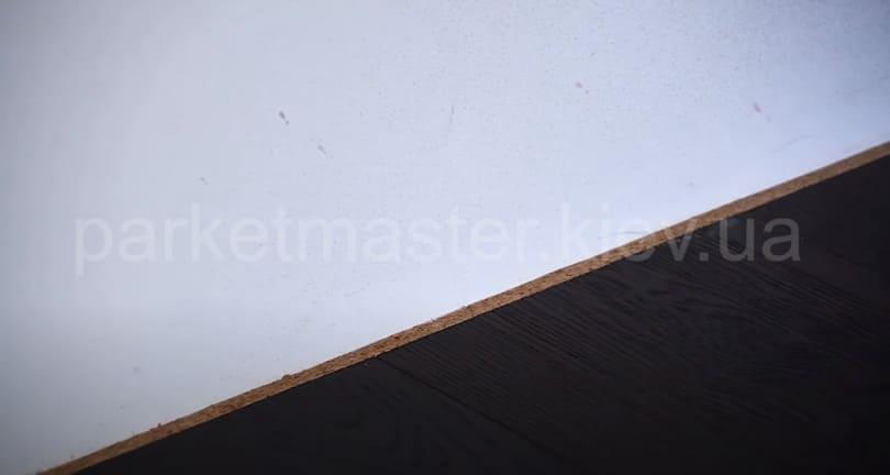 место примыкания пола со стеной