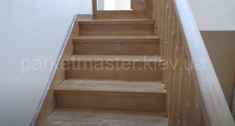 отреставрированная дубовая лестница