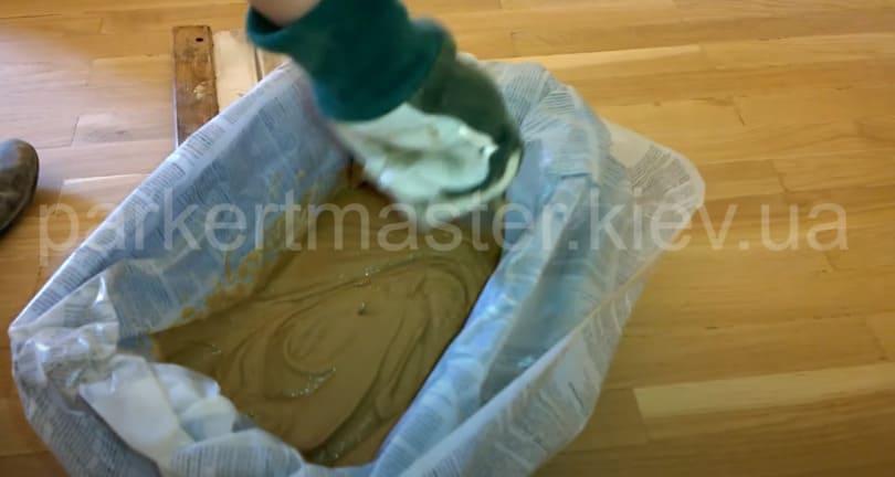 смешивание паркетной пыли и состава для приготовления шпаклевки